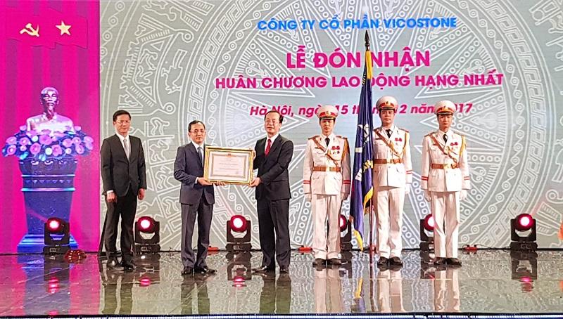 VICOSTONE đón nhận Huân chương Lao động hạng Nhất