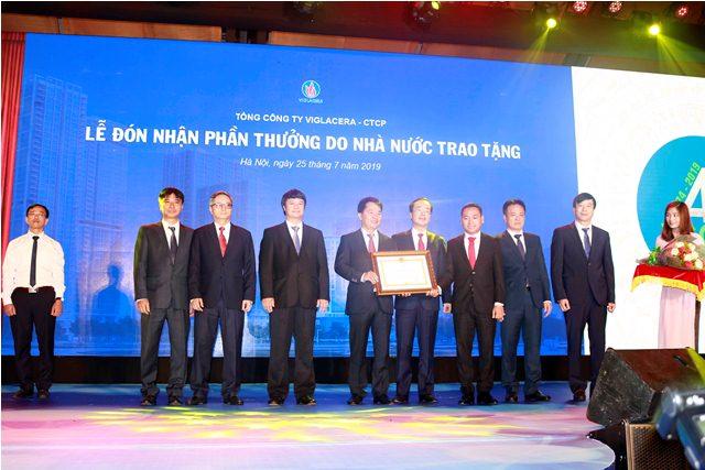 Tổng công ty Viglacera nhận Huân chương Lao động hạng Nhất