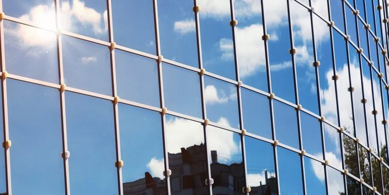 Những lợi ích của việc sử dụng kính phản quang trong xây dựng