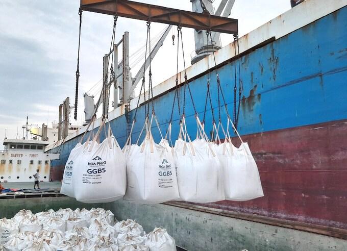 Việt Nam lần đầu xuất khẩu xỉ hạt lò cao nghiền mịn